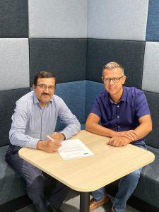 Kurt Gielen & Prof. Akhondi signing the contract